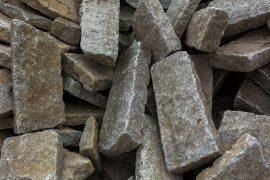 Gebrauchter Granit Bordstein gespalten