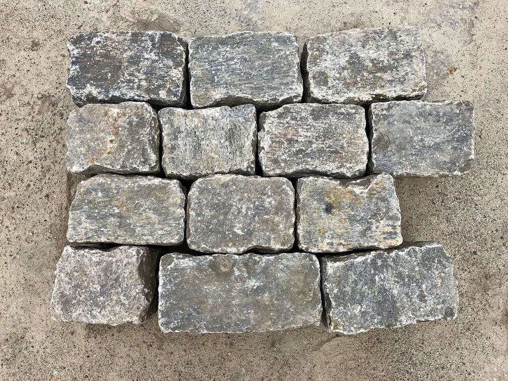 gneis-großpflaster-reihenpflaster-anthrazit-grau-gelb-gespalten-box8