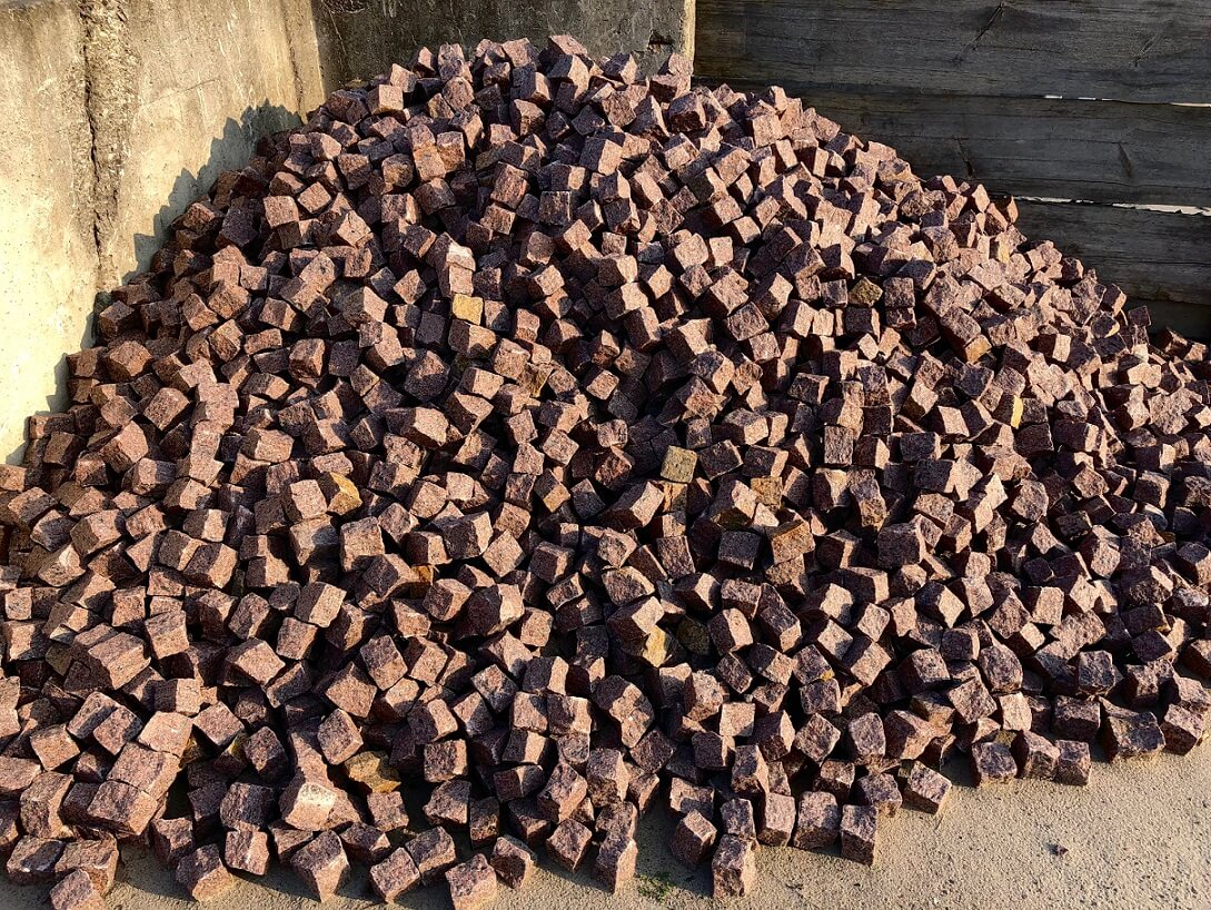 granit-mosaikpflaster-4-6cm-box84-rot-schwarz-gespalten