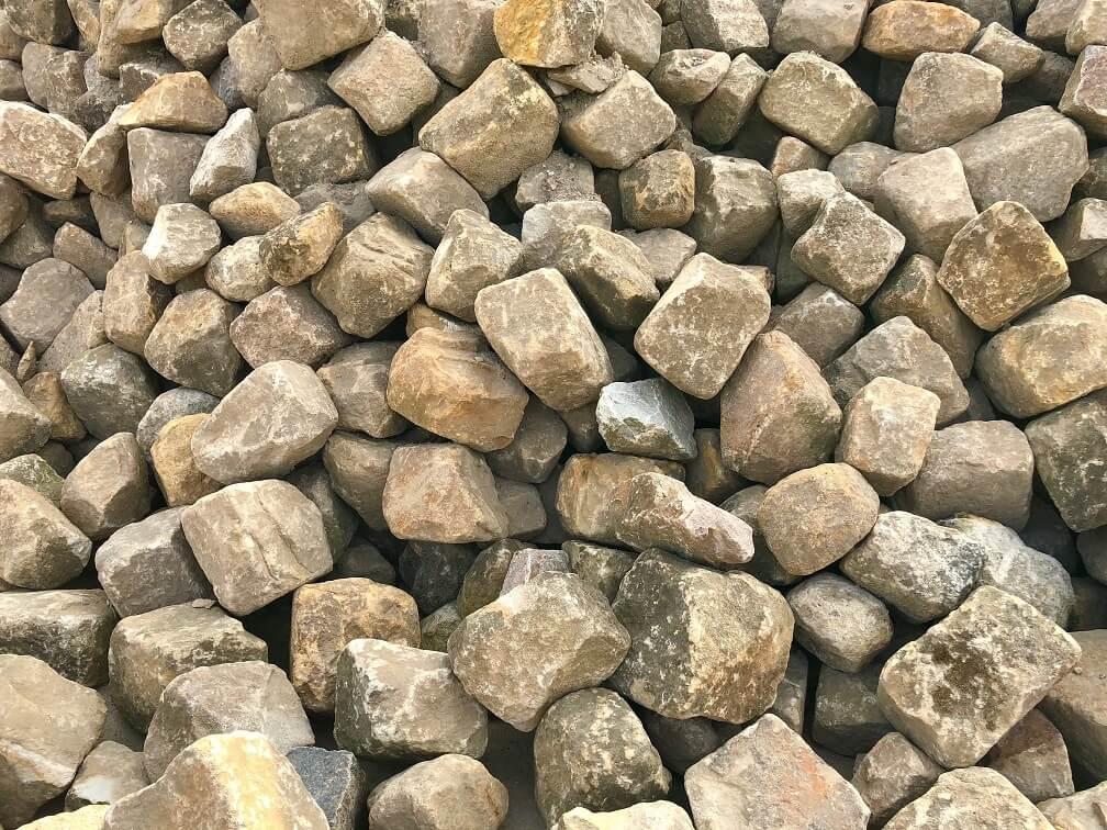 sandstein-böschungssteine-gebraucht-unregelmäßig-gebrochen-gelblich