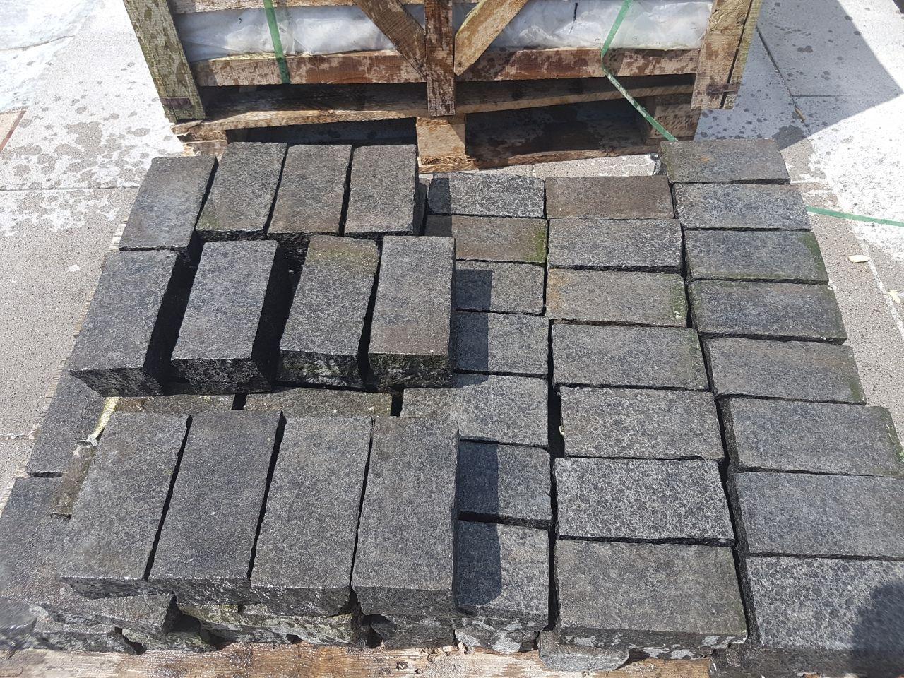 Edelpflaster schwarz 18x9x8 cm gesägt