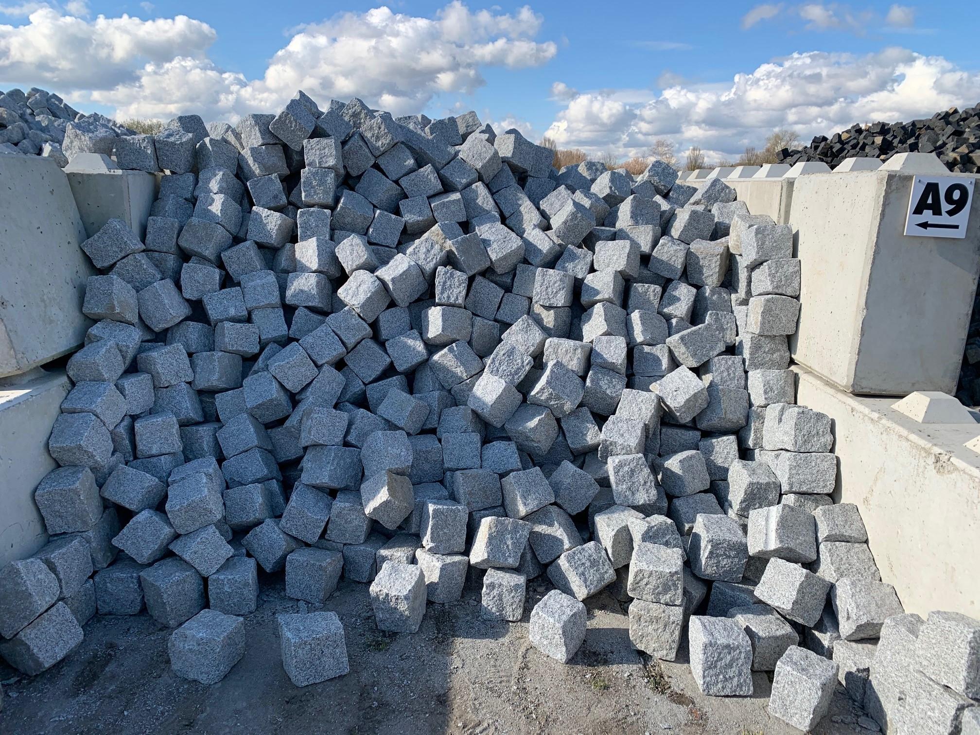 granit-großpflaster-15-17-gespalten-hellgrau-feinkorn