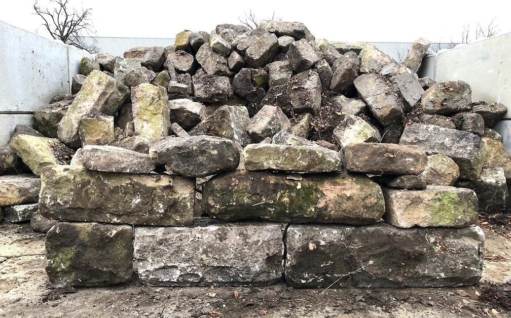 Historische Kalk-Sandstein Mauerblöcke grau-grün