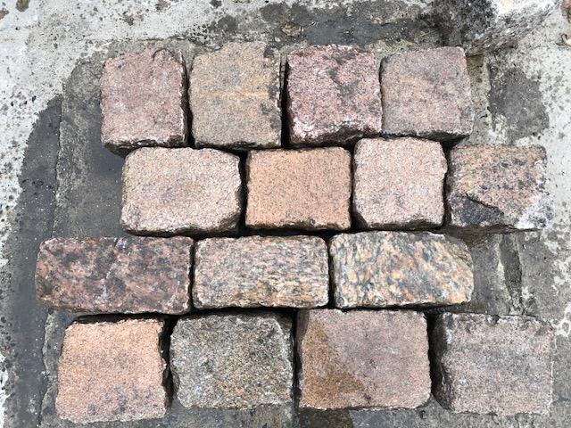 granit-großpflaster-reihenpflaster-rötlich-glatte-köpfe-box1a