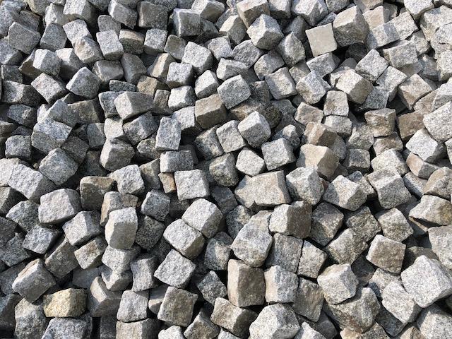 granit-kleinpflaster-neuware-mittelkorn-a12-grau-gespalten (2)
