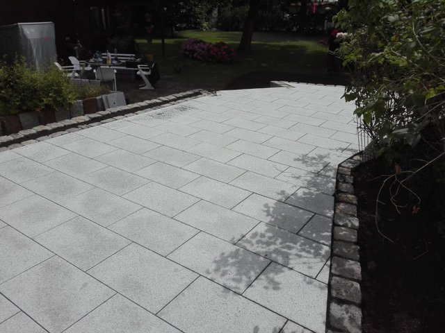 granit-terrassenplatten-hellgrau-steinpark