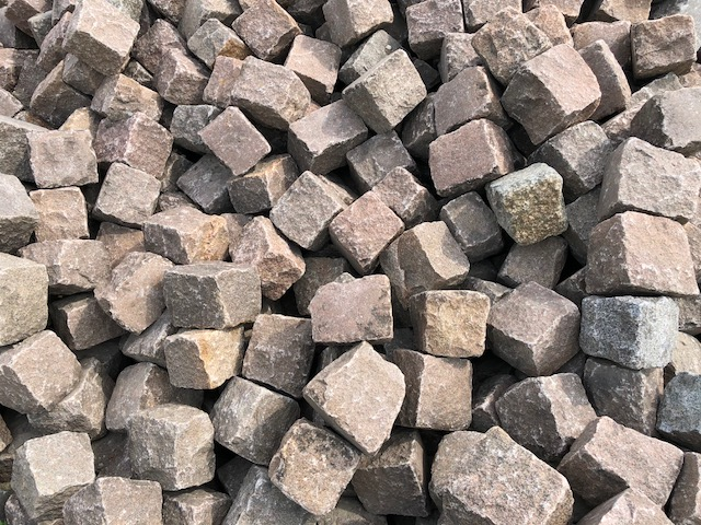 granit-großpflaster-reihenpflaster-gebraucht-rötlich-gespalten-glatte-oberfläche-box1b