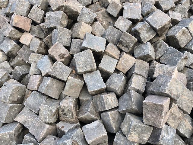 granit-gneis-großpflaster-reihenpflaster-gebraucht-rot-bunt-gespalten-glatte-oberfläche-box80 (3)