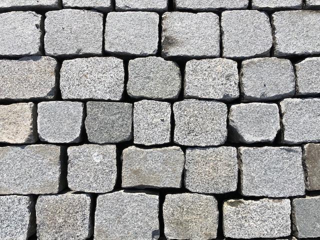 granit-pflasterplatte-4-6cm-überw.grau-gesägt-geflammt-regelmäßig (3)