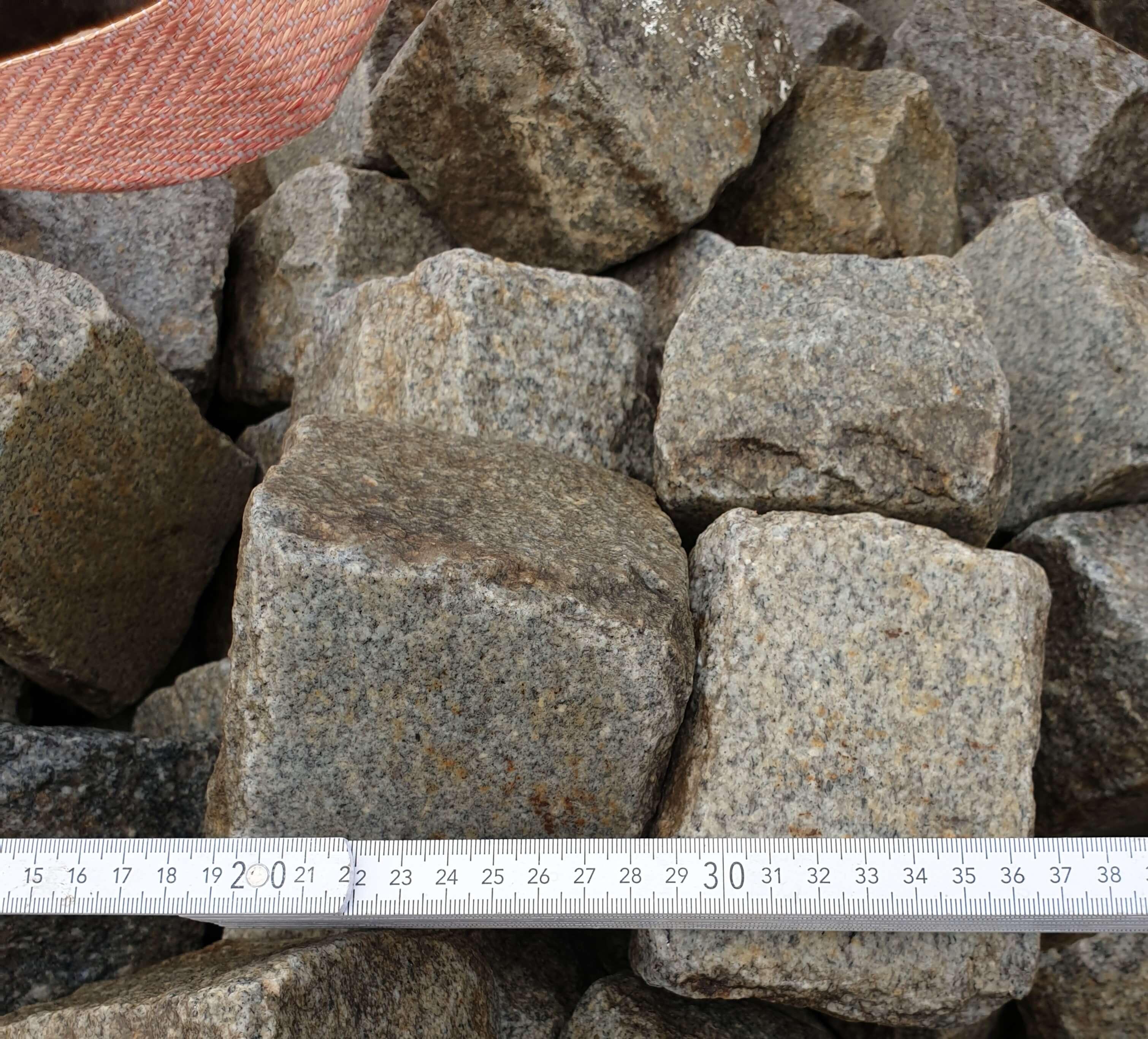 granit-kleinpflaster-glatte-of-grau