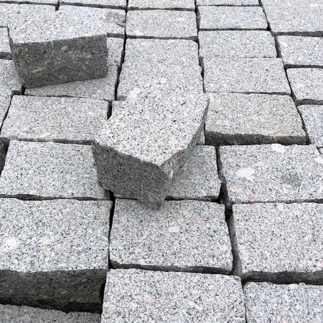 granit-edel-kleinpflaster-gesägt-gestockt