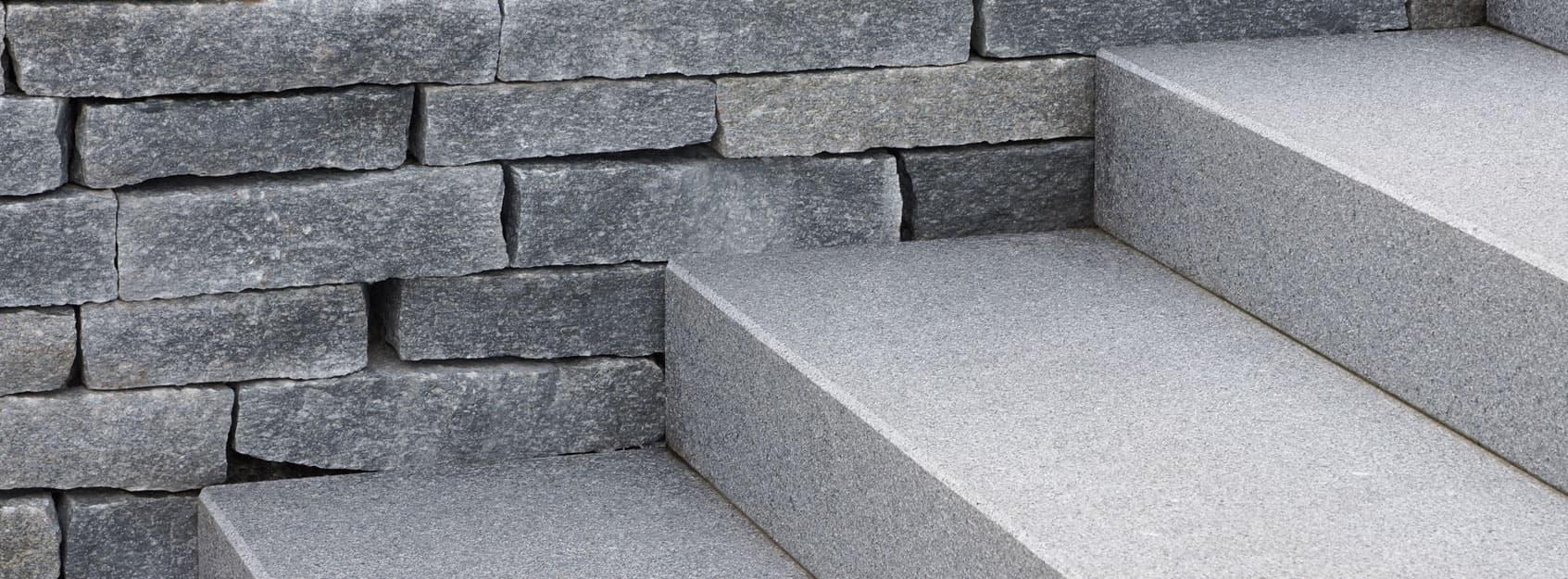 Blockstufen aus Granit und Sandstein