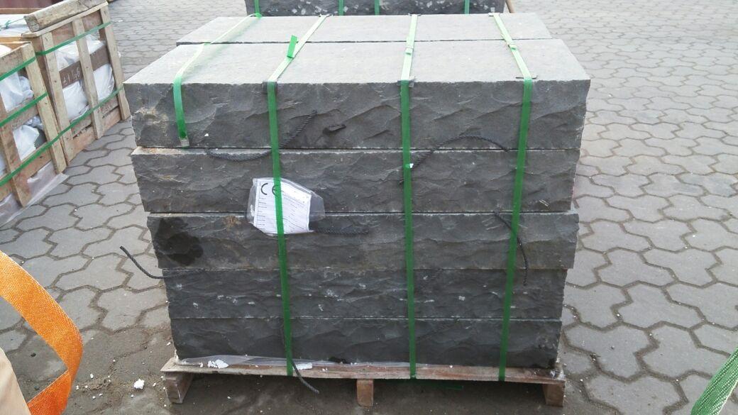 basalt-blockstufe-gesägt-geflammt-gespalten-anthrazit